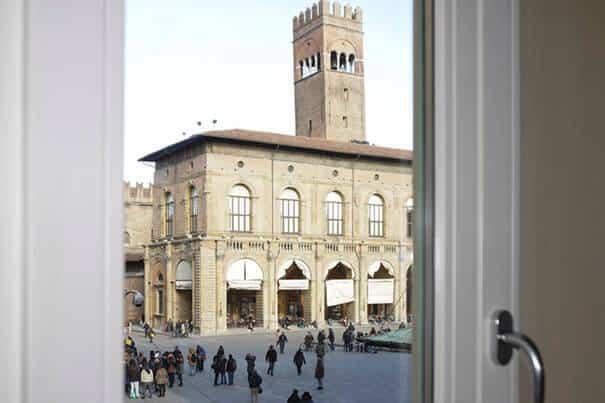 Veduta Piazza Maggiore camera Palazzo del Comune Casa Isolani Bologna